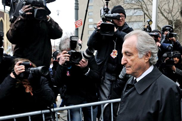 Bernie Madoff lähtee oikeussalista maaliskuussa 2009.