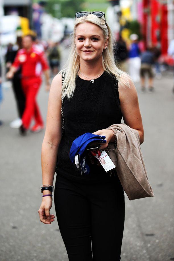 Emilia Bottas hymyili tänään onnellisena, koska Valtteri-aviomies ajoi kauden ensimmäistä kertaa paalupaikalle.