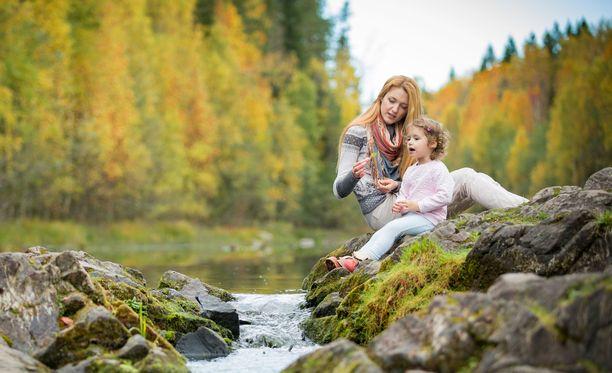 Kalevalan äiti rakastaa väkevästi.