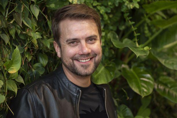 Laulaja Antti Ketonen koskettui itsekin Olisitpa sylissäni -akkarivideon kuvauksissa.