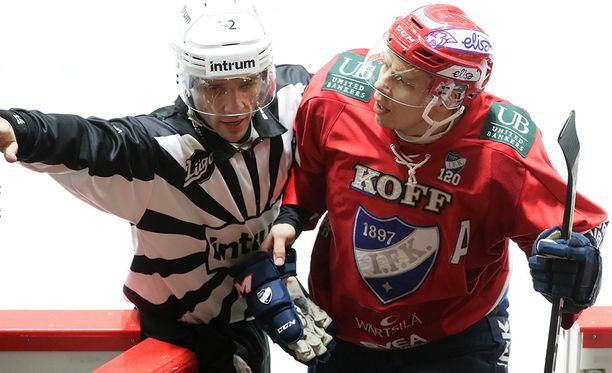 Tuomaristo ohjasi Ville Varakkaan suihkun suuntaan.
