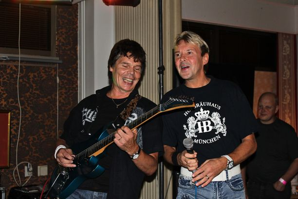 Jussi Niemi (vas.) on Matin luottomuusikko ja kitaristi.