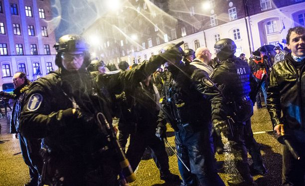 Poliisi otti itsenäisyyspäivänä Helsingissä kiinni yli sata mielenosoittajaa.