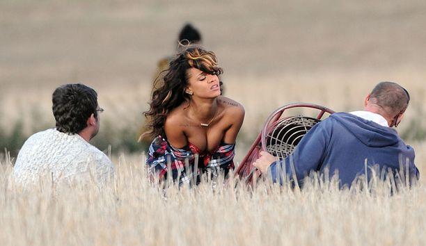Rihanna keikisteli maanantaisissa videokuvauksissaan tuttuun tapaansa paljastavissa asuissa.