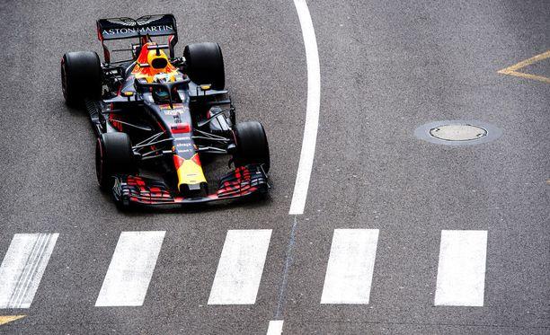 Daniel Ricciardo sai Red Bullinsa oivaan iskuun.