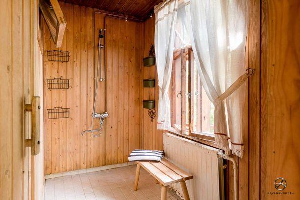 Melkein kuin kesämökillä - talon pihasaunassa ja pesutuvassa on romanttinen tunnelma.