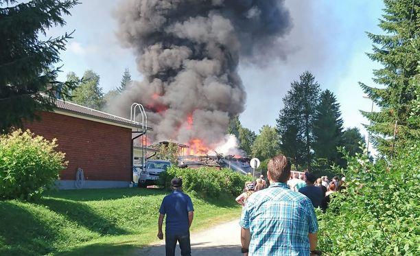 Omakotitalon palosta syntyi melkoinen savupilvi.