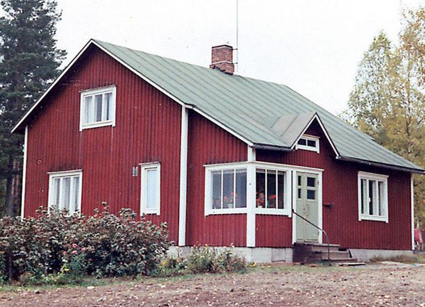 – Kotitalomme Siikaisten Saarikoskella. Veljeni Ilkan ja minun kamari oli vintillä, jonka ikkuna oli metsään päin.
