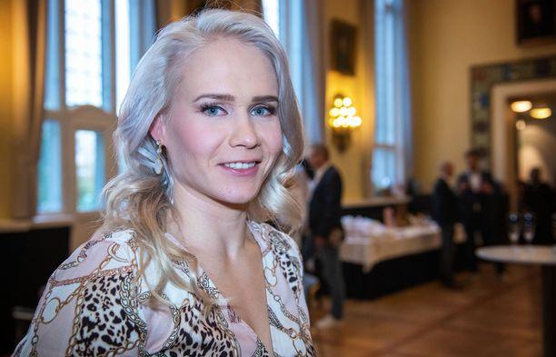 Petra Olli kertoo, että uutuskirja on tehty rehellisen avoimella otteella.