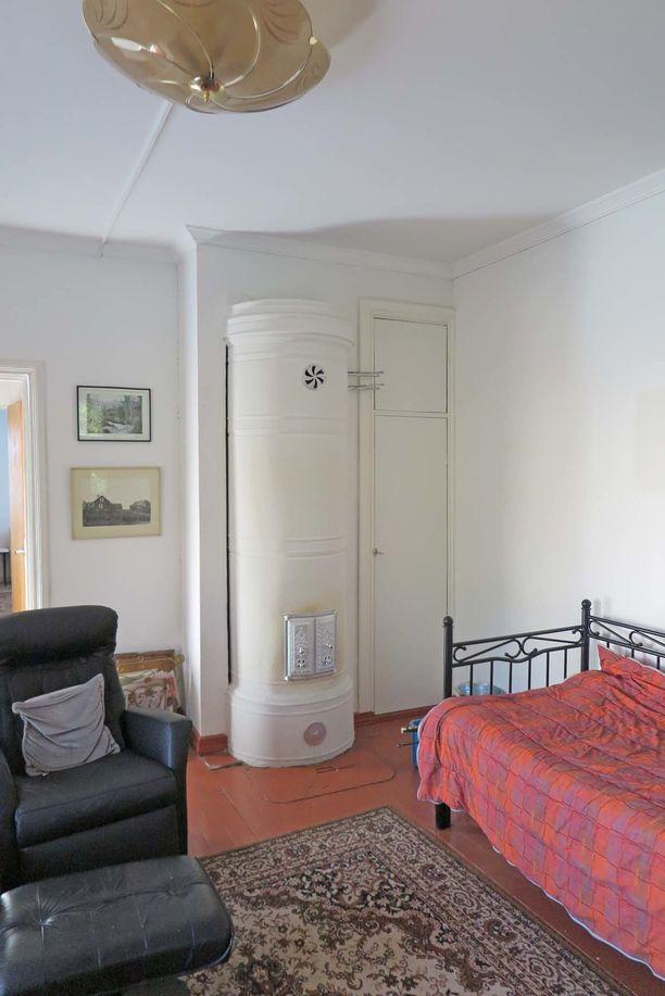 Tämä koti lämpenee pönttöuunin ja ilmalämpöpumpun avulla. Sisätilat henkivät talon historiaa.