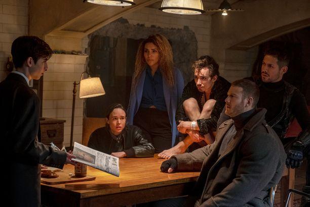 Melkein koko jengi koolla. Sarjan pääosanäyttelijät vasemmalta oikealle: Aidan Gallagher, Ellen Page, Emmy Raver-Lampman, Robert Sheehan, Tom Hopper ja David Castaneda.