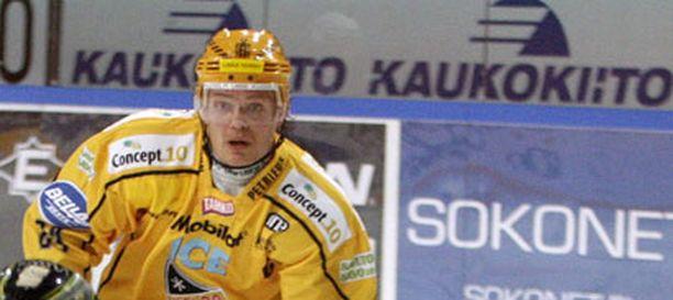 Sami Kapanen yriittää kaukaloon vielä ennen maaottelutaukoa.