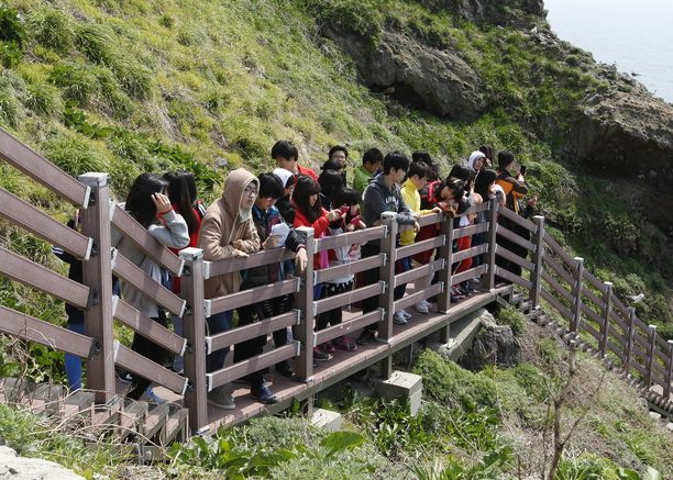Saarilla vierailee joka vuosi runsaasti matkailijoita. Niille tuodaan esimerkiksi eteläkorealaisia koululaisryhmiä.