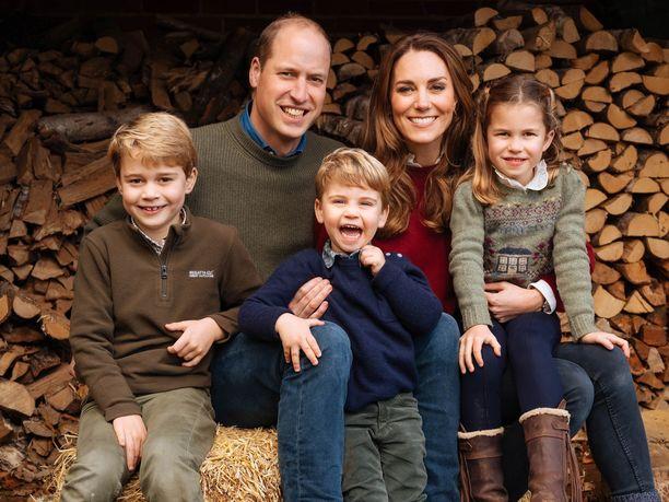 Prinssi William perheineen tämän vuoden joulukorttikuvassa.