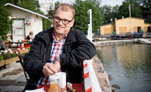 Keskustan puheenjohtajan Juha Sipilän suojatit mainostavat Osmo Kontulan tutkimusta ideapaperissaan.