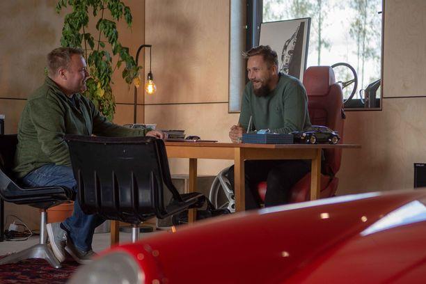 Yrityksen omistajilla Tomi Salmisella (vas) ja Roni Collinilla on pitkä yhteinen historia autoharrastuksen parissa.