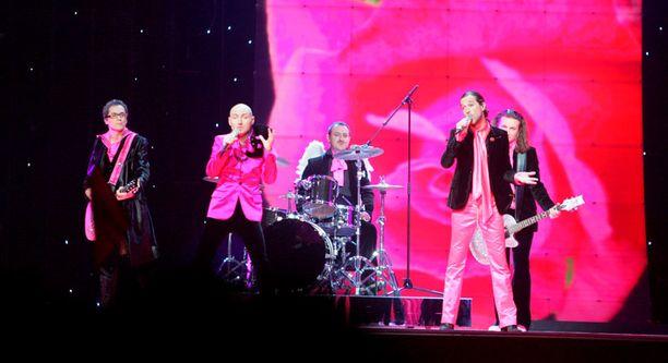 Helsingin euroviisuissa Ranskaa edusti Les Fatals Picards -yhteä, jonka asut olivat Jean-Paul Gaultierin käsialaa. Myös Ranskan tämänvuotinen edustaja Anggun aikoo pukeutua Gaultieriin.