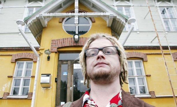 POLITIKOINNIN HINTA Yleislääkäri Pyry-Pekka Suonsivu tekee terveyslääkärityönsä ohella muun muassa sijaisuuksia vankilassa. – Haaveet erikoistumisopinnoista ovat jääneet, se on hinta, mikä pitää maksaa jokapäiväisestä politikoinnista, Suonsivu toteaa.