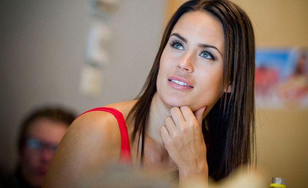 Martina luotsaa kymmentä kilpailijaa kohti hengenpelastajuutta.