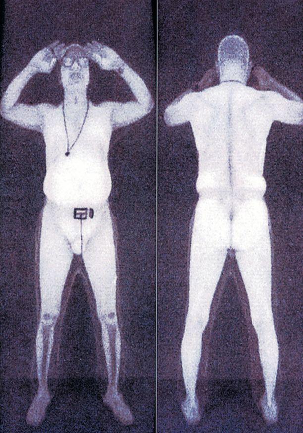PALJASTAVA RÖNTGEN Röntgenkuvissa näkyy, jos matkustaja on piilottanut vaatteidensa alle esimerkiksi räjähteitä, teräaseita tai ampuma-aseita.