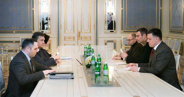 Ukrainan presidentti Viktor Janukovitsh (toinen vas.) ja opposition johtajat neuvottelivat maanantaina Kiovassa.