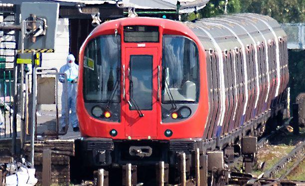 Poliisi tutki räjähdyksen tapahtumapaikkaa perjantaina. Metroasema toimii jälleen normaalisti.