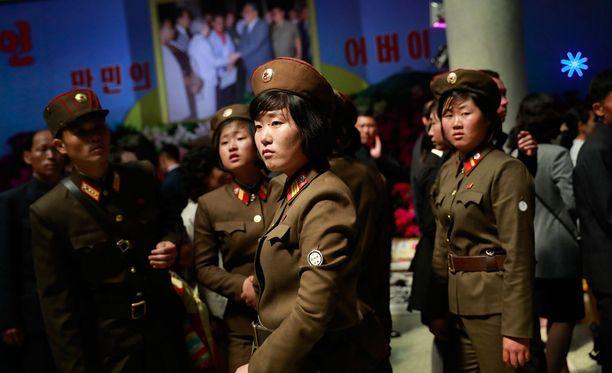 Naissotilaat viettivät aikaa museossa Pohjois-Korean juhlapäivänä.