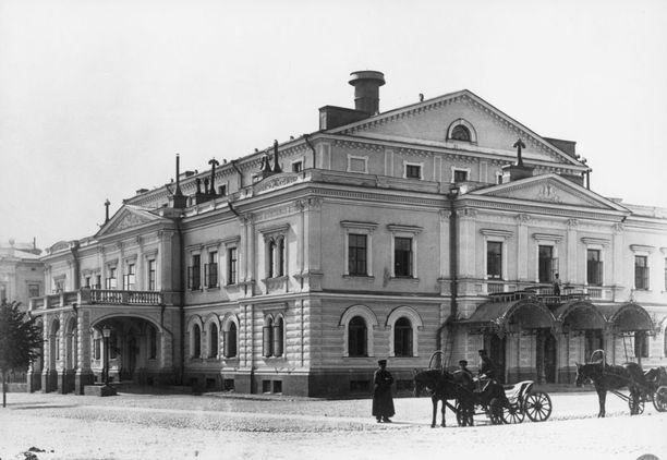 Aleksanterin teatteri pian valmistumisensa jälkeen kuvattuna. Lieköhän siellä jo tuolloin tehtiin kummitushavaintoja, haamun kun kerrotaan tulleen paikalle rakennusmateriaalin matkassa.