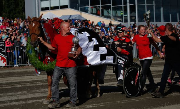 Saaga S on taas ravikuningatar. Kuva vuoden 2015 voitonjuhlista Joensuussa.