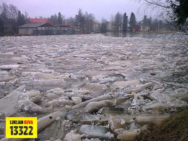 Kalajoella kellui keskiviikkona suuri jääpato.