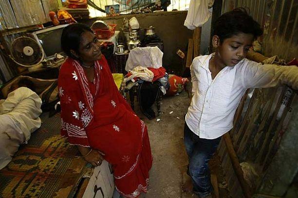 Azharuddin Mohammed Ismail riitelee äitinsä Shameem Ismailin kanssa perheen kotona. Isä Mohammed Ismail Sheikh torkkuu vasemmalla. Kuva on otettu huhtikuun lopulla.