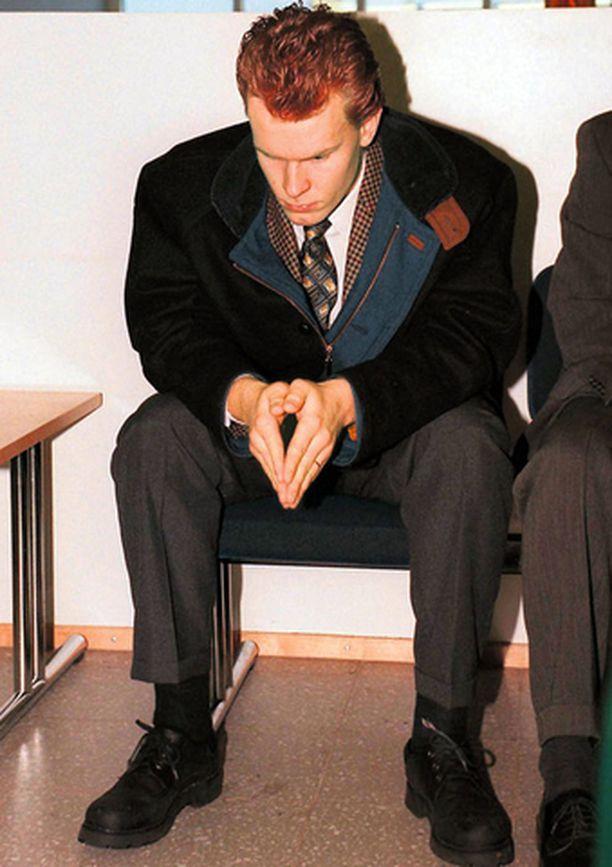 Jere Karalahti odotteli pääsyä käräjäoikeuden käsittelyyn tammikuussa 1997. Hän sai kolmen kuukauden ehdollisen tuomion.