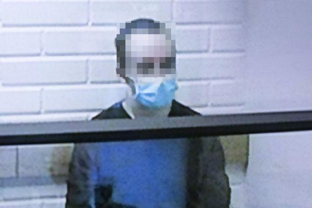 Epäilty osallistui vangitsemisoikeudenkäyntiin videon välityksellä.