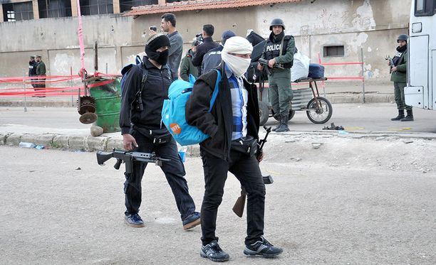 Tuomittu teki rikoset Homsissa 2013-2014. Kuvassa kapinallisia ja heidän perheitään evakuoidaan Homsista huhtikuussa 2017.