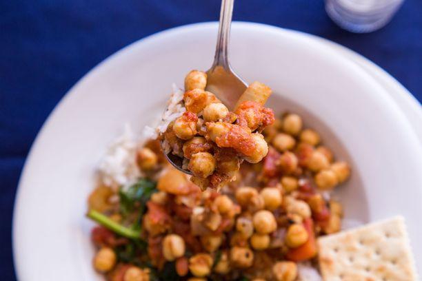Kikherneistä, linsseistä ja pavuista voi tehdä monenlaisia kasvisruokia.