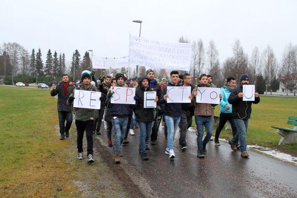 Vuonna 2015 turvapaikanhakijat järjestivät Oulussa marssin ja kantoivat banderollia, jossa he tuomitsivat Kempeleessä tapahtuneen seksuaalirikoksen.