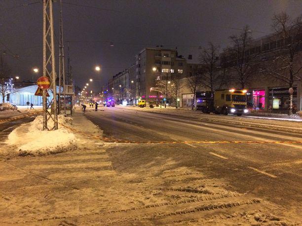 Mannerheimintie Helsingin Töölössä oli keskiviikon ja torstain välisenä yönä poikki Helsinginkadun-Nordenskiöldinkadun välillä.