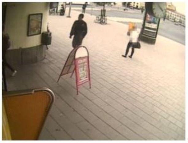 Abderrahman Bouanane saapui linja-autoasemalle hieman ennen kello neljää.