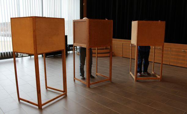 Närpiöläinen Ruotsalaisen kansanpuolueen kuntavaaliehdokas oli mukana tempauksessa, jossa kerättiin kasaan maahanmuuttajista koostunut kuudenkymmenen henkilön ryhmä, jonka kanssa mentiin yhteistuumin äänestämään kuntavaalien ennakkoäänestyksessä. Kuvituskuva.