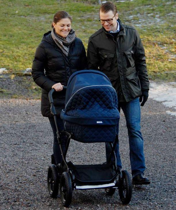 Onnelliset vanhemmat nauttivat päiväkävelystä.