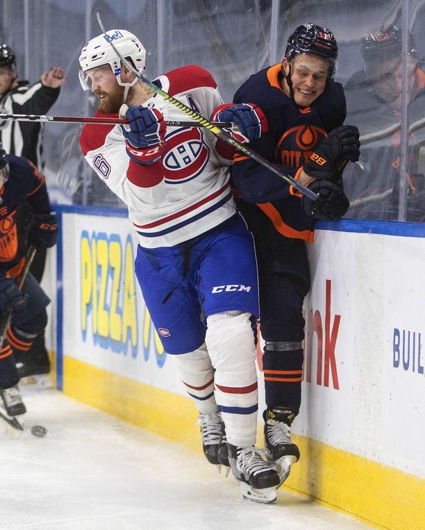 Jesse Puljujärvi ottaa taklauksen vastaan.