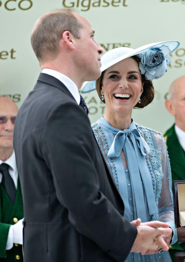 Prinssi William ja herttuatar Catherine nauttivat Ascotin laukkakilpailujen ensimmäisestä päivästä.