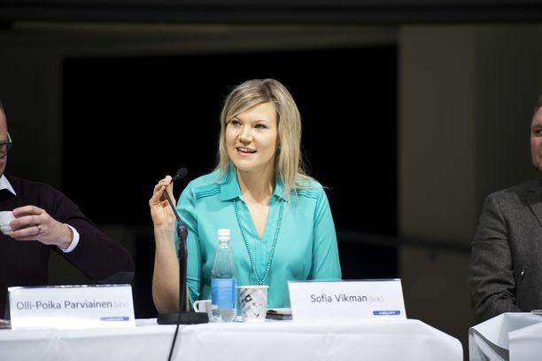 Kansanedustaja Sofia Vikman (kok) ei ole tyytyväinen Soinin toimintaan ulkoministerinä.