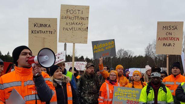 Postin työntekijät osoittivat mieltään yhtiön pääkonttorin edessä Helsingin Ilmalassa viime maanantaina.