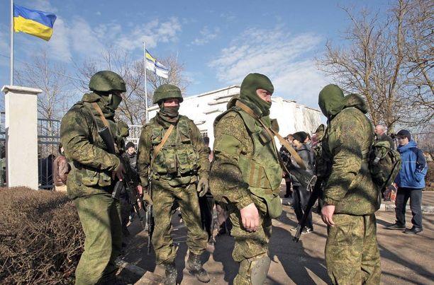 """Supo epäilee, että Suomesta ostettuja kiinteistöjä saatetaan käyttää venäläisten tunnuksettomien joukkojen majapaikkoina. Vastaavia joukkoja, """"vihreitä miehiä"""" nähtiin Ukrainan kriisin aikaan Krimillä, kun Venäjä otti alueen haltuunsa."""