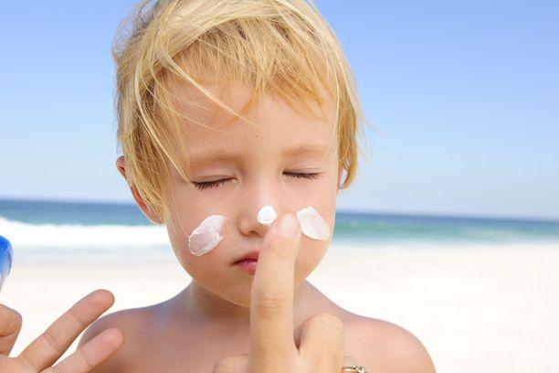 Vanhemmat muistavat jo usein suojata lapset auringolta, mutta oma nahka jää suojaamatta.