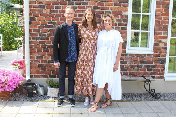 Tero Pennanen, Sini Rainio ja Hanna Sumari arvostelevat joka viikko kolme suomalaista mökkiä - tai huvilaa, riippuu hieman kohteesta.
