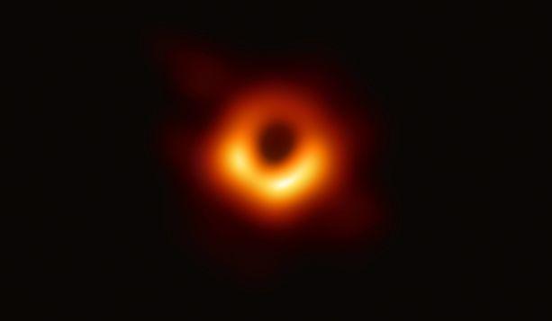 Kuvituskuvassa viime vuonna saatu, kaikkien aikojen ensimmäinen mustan aukon kuva.