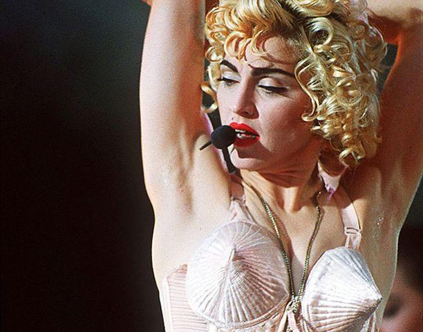 Madonna valittiin rockin Hall of Fameen. Kuvassa hän esiintyy Wembley Stadionilla Lontoossa vuonna 1990.