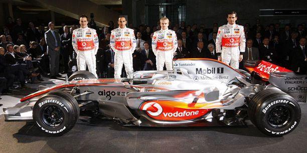 """McLarenin tiimi uuden """"Hopeanuolen"""" ympärillä: Pedro de la Rosa (vas.), Lewis Hamilton, Heikki Kovalainen ja Gary Paffet"""